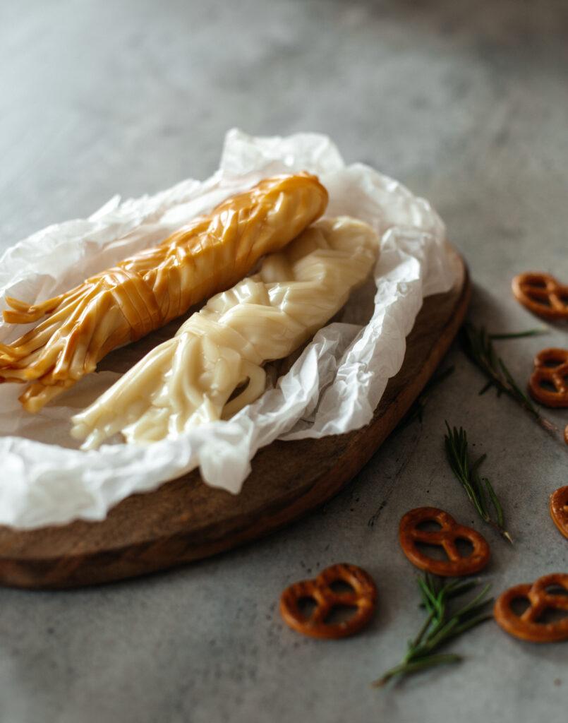 Сливочный и копченый сыр чечил